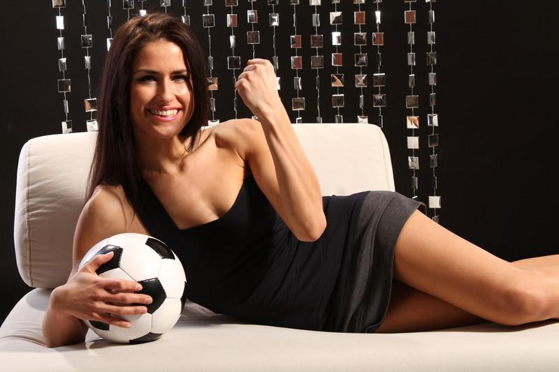 サッカー観戦する美女